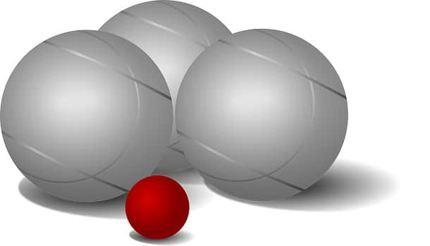 Trois boules de pétanque de même diamètre autour du cochonnet